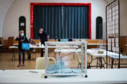 Une urne pour les élections départementales dans le bureau de vote de Marchenoir, dans le Loir-et-Cher, dimanche 20 juin.