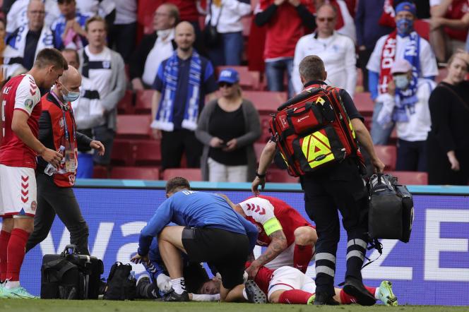 Le Danois Christian Eriksen est allongé sur le sol après s'être effondré pendant le match du groupe B du championnat de football Euro 2020 entre le Danemark et la Finlande au stade Parken à Copenhague, Danemark, samedi 12 juin 2021.