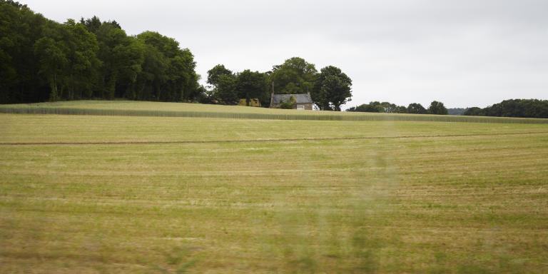Reportage en Bretagne pour Le Monde - distribution alimentaire en zone rurale le 18 juin 2021. Les denrées sont récoltées par la Banque Alimentaire et distribuées par la Croix rouge.  Sur la route entre Le Faouet et kernascleden