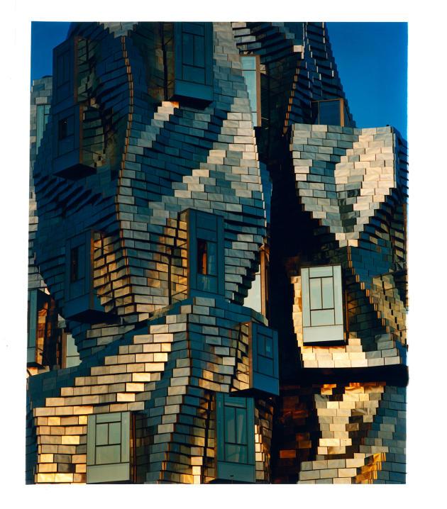 Détail architectural de la tour de Frank Gehry à Arles.