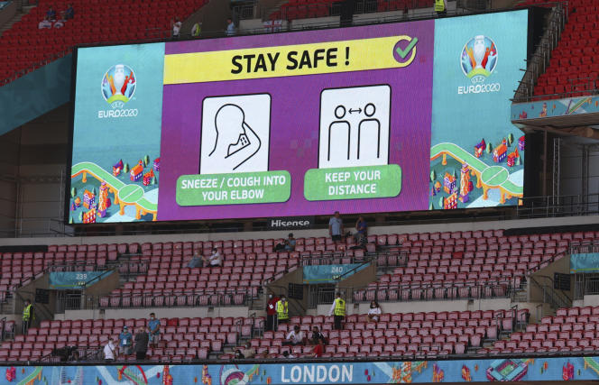 Dimanche 13 juin 2021 au stade de Wembley, à Londres, des spectateurs attendent le début du match du groupe D de l'Euro 2020 de football opposant l'Angleterre à la Croatie.