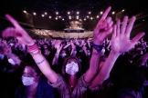 Des spectateurs masqués lors du concert-test d'Indochine,organisé le 29mai à l'AccorHotels Arena de Paris.