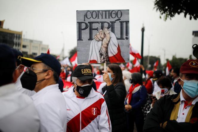 Des militaires à la retraite et des partisans de la candidate à la présidentielle Keiko Fujimori protestent contre le candidat socialiste Pedro Castillo, à Lima, au Pérou, le 22juin 2021. «Avec toi, Pérou», est-il écrit sur la pancarte.