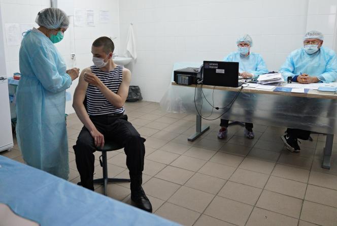 Une nouvelle recrue des forces russes de la flotte baltique reçoit une dose de vaccin Spoutnik V dans une station de recrutement à Kaliningrad, en Russie, le 27 mai 2021.