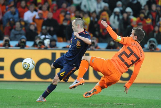 Quand l'Espagnol Andrés Iniesta s'apprêtait à marquer le but de la victoire en finale de la Coupe du monde 2010 face aux Pays-Bas deRafael van der Vaart, le 11 juillet 2010, à Johannesbourg (Afrique du Sud).