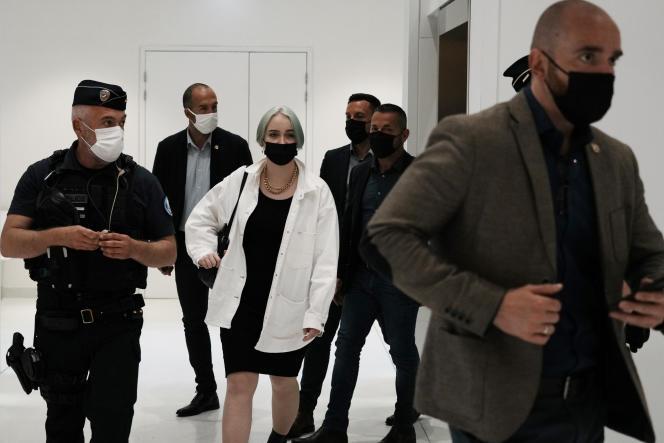 L'adolescente s'identifiant en ligne comme Mila, au centre, quitte la salle d'audience du tribunal deParis, le21 juin 2021.