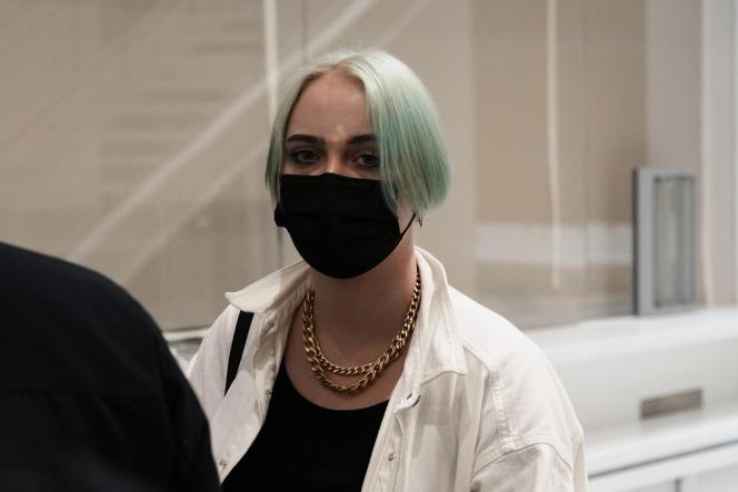 Mila quitte le tribunal de Paris, le 21 juin, après l'audience du procès des personnes l'ayant harcelée et menacée en ligne.