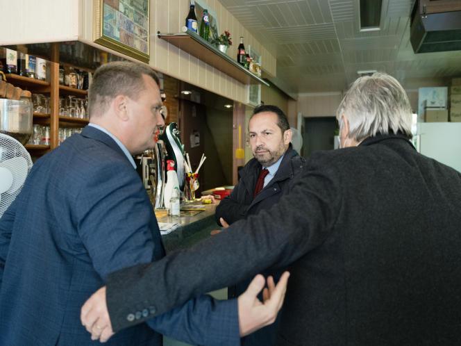 Au café La République, à Hénin-Beaumont (Pas-de-Calais), le candidat du RN aux régionales, Sébastien Chenu (au centre), discute avec Laurent Brice, adjoint au maire d'Hénin Beaumont (à gauche), le 22 juin.