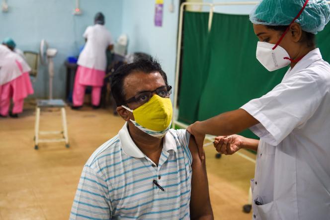 Vaccination contre le SARS-CoV-2 dans un hôpital de Mumbai.
