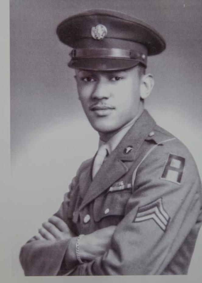 Portrait officiel de Waverly B.WoodsonJr dans son uniforme de la 1re armée, avec le grade de sergent.