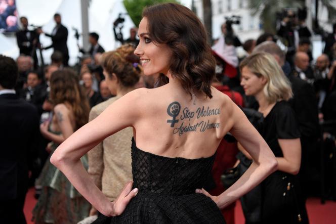 L'actrice Sand Van Roy arbore, dans le dos, un tatouage disant «Stop aux violences faites aux femmes». Lors de la 72e édition du Festival de Cannes, le 19 mai 2019.