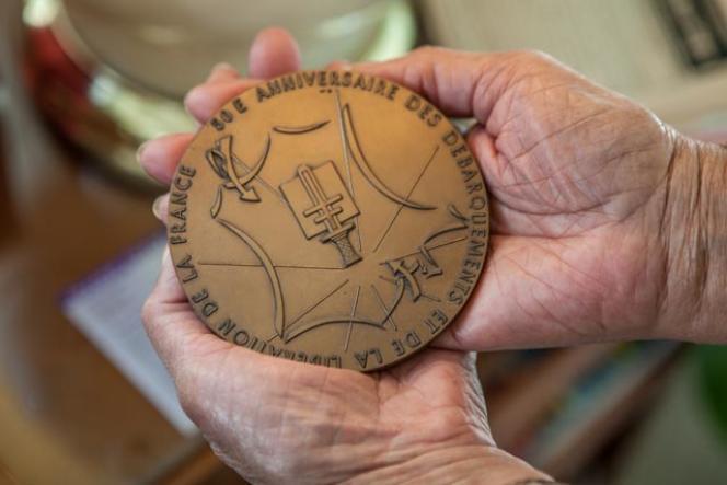 Joann Woodson montre le médaillondu «50e anniversaire des débarquements et de la libération de la France», remise lors de la célébration, en France, en 1994.