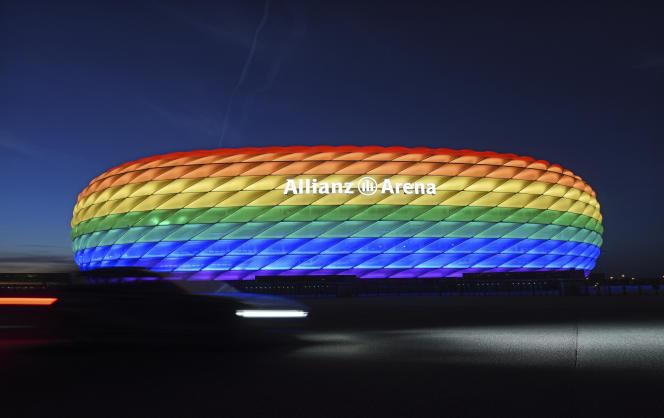 Le stade de Munich s'illumine aux couleurs de l'arc-en-ciel pour le Chrisotpher Street Day, une journée de célébration des causes LGBT+, le 9 juillet 2016 en Allemagne.