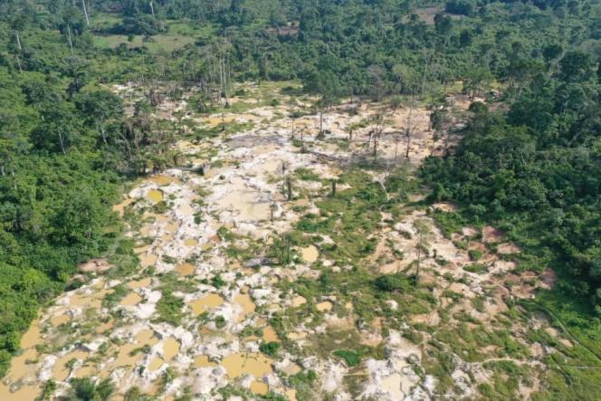 Vue aérienne prise en avril 2021 d'une zone déforestée de la forêt protégée de Diamarakro, dans le sud-est de la Côte d'Ivoire.