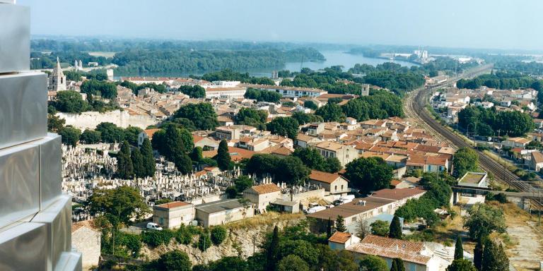 Arles , le 14/15/16 juin. Une vue sur Arles depuis une terrasse de la tour Gehry
