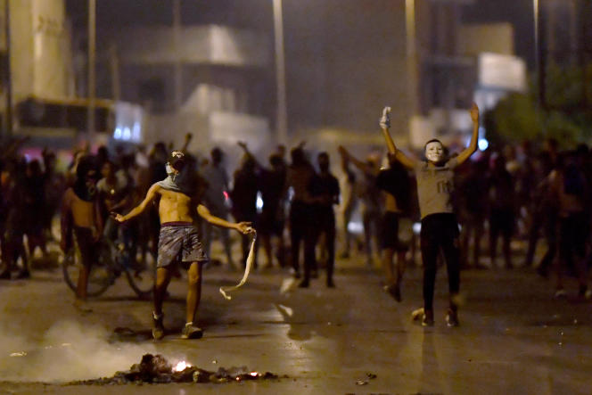 Des jeunes manifestent contre les violences policières à Sidi Hassine, dans la banlieue ouest de Tunis, le 12 juin 2021.