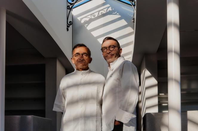 Michel et Sébastien Bras, dans leur restaurant La Halle aux grains, à la Bourse de commerce, en juin 2021.