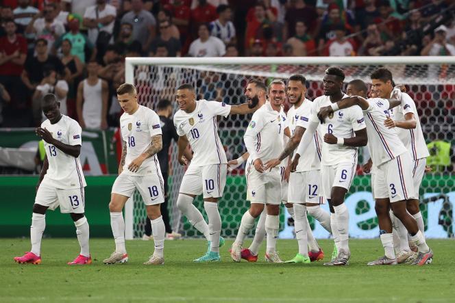 L'équipe de France célèbre le premier but de Karim Benzema, lors du nul face au Portugal (2-2), mercredi 23 juin, à Budapest.