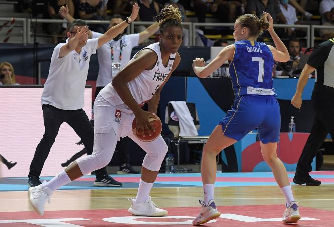 L'intérieure française Nwal-Endéné Miyem (à gauche) face à la Bosnienne Nikolina Babic, lors des quarts de finale de l'Euro féminin de basket entre la France et la Bosnie-Herzégovine à Strasbourg, le 23 juin 2021.