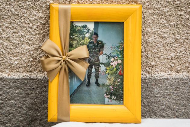 Une photo de Mehdi Farghdani lorsqu'il était militaire, au domicile de sa mère à Beaumont-du-Gâtinais, le 21 juin.