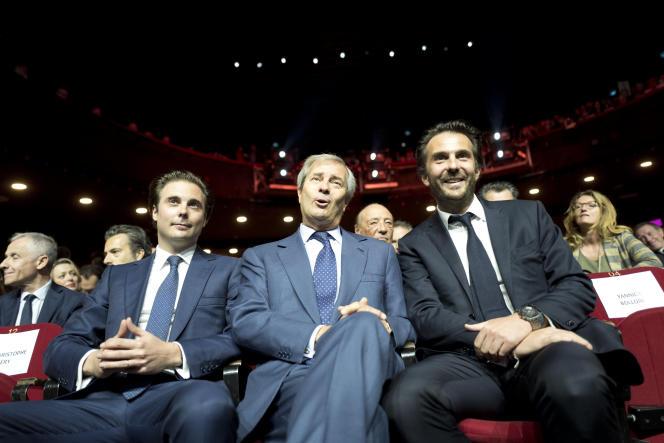 Vincent Bolloré, à Paris, en 2018,entouré de ses fils Cyrille Bolloré (à gauche), président du conseil de surveillance de Vivendi, et Yannick Bolloré (à droite), PDG d'Havas.