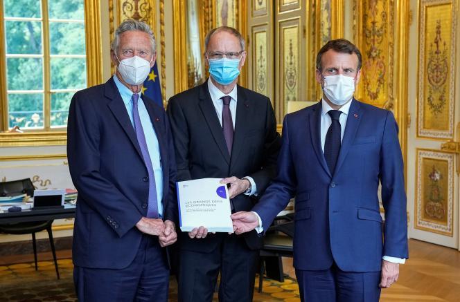L'économiste Olivier Blanchard, le prix Nobel Jean Tirole et Emmanuel Macron, à l'Elysée, le 23juin 2021.