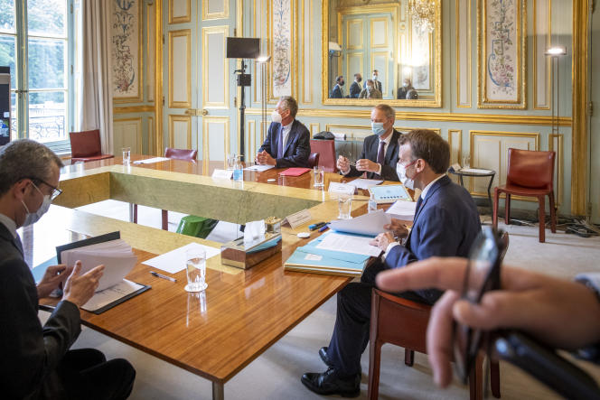Emmanuel Macron reçoit Olivier Blanchard et Jean Tirole, co-présidents de la commission d'experts sur «Les grands défis économiques», au palais de l'Elysée à Paris, le 23 juin.