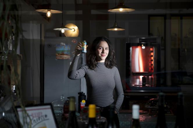 Anaïde Rozam, humoriste et comédienne, au Café Princesse, rue Bichat à Paris, le 21 avril 2021.