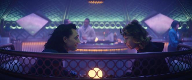 Loki (Tom Hiddleston) et Sylvie (Sophia Di Martino) au wagon-bar du train de l'Apocalypse, dans le troisième épisode de «Loki».