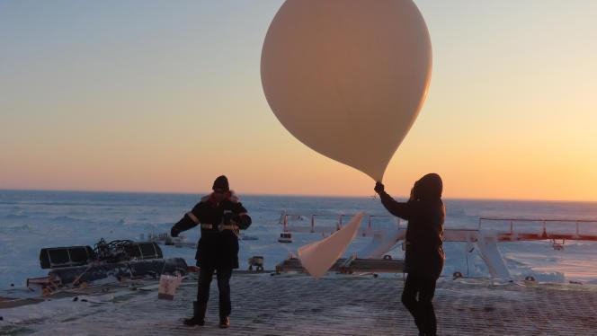 Lancement d'une sonde pendant l'expédition Mosaic, de l'Institut Alfred-Wegener, en Arctique, en mars 2020.