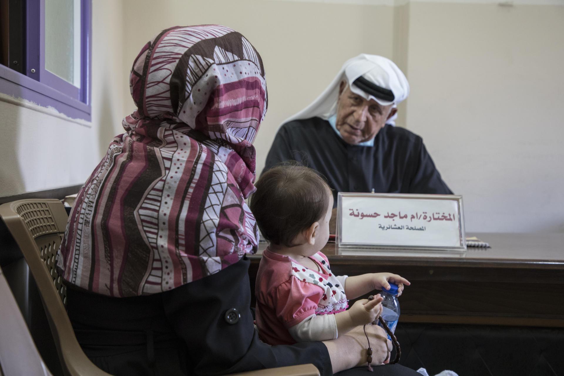 Une femme, le 25 mai 2021, vient demander conseil à Al-Moghani, dans un bureau de la Haute Commission des affaires tribales. Le «mokhtar» est aussi un juge de paix, un conseiller conjugal, un arbitre des différends commerciaux.
