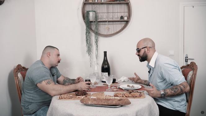 Capture d'écran de la vidéo«REPAS DE SEIGNEUR #3 Feat PAPACITO Part 1/2» postée par le compte, et sur la page youtube«BENCH&CIGARS».