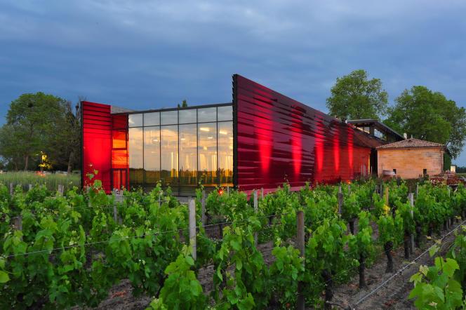 Le chai du chateau La Dominique, réalisé en 2013 par Jean Nouvel, dont la couleur rouge rappelle toutes les nuances du vin.