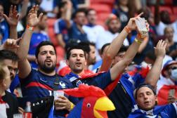 Des supporteurs de l'équipe de France profitent de l'ambiance de la Puskas Arena lors du match contre la Hongrie, le 19 juin 2021, à Budapest.