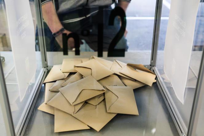 Bulletins de vote lors du premier tour des élections régionales à Hénin-Beaumont, le 20 juin 2021.