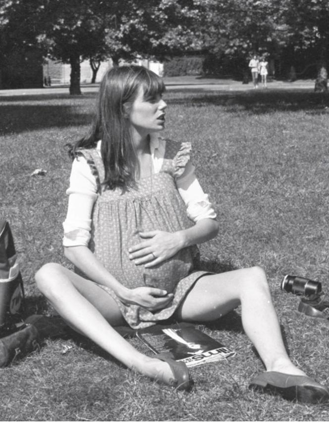 Jane Birkin, enceinte de Charlotte Gainsbourg, en 1971.