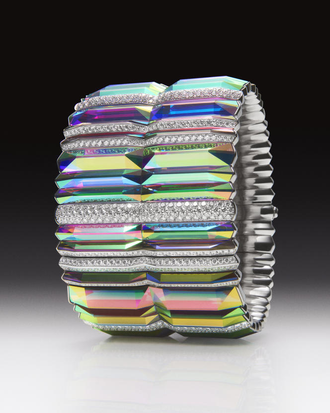 Bracelet «Prisme» serti de cristal de roche holographique et de diamants, sur or blanc.