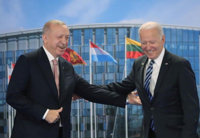 Le président turc Recep Tayyip Erdoganrencontre le président américain Joe Biden en marge du sommet de l'OTAN à Bruxelles, en Belgique, le 14 juin 2021.