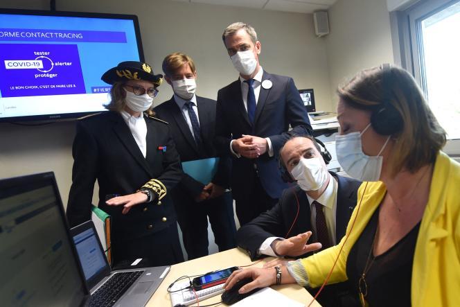 Le premier ministre, Jean Castex, et le ministre de la santé, Olivier Véran, lors d'une visite à la caisse d'assurance-maladie de Mont-de-Marsan (Landes), le 24 juin 2021.