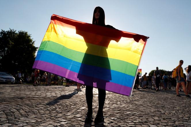 Un drapeau LGBT lors d'une manifestation contre laloi interdisant la représentation de l'homosexualité devant les mineurs, à Budapest, le 16 juin 2021.
