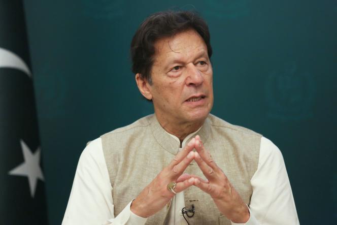 El primer ministro paquistaní, Imran Khan, habla durante una entrevista con Reuters en Islamabad, Pakistán, el 4 de junio de 2021.