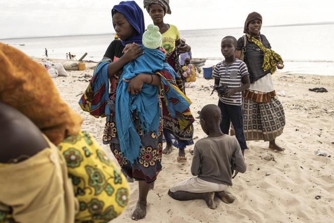 Des familles déplacées arrivent à Pemba, le 22 mai 2021, après avoir fui Palma, au Mozambique, en bateau.