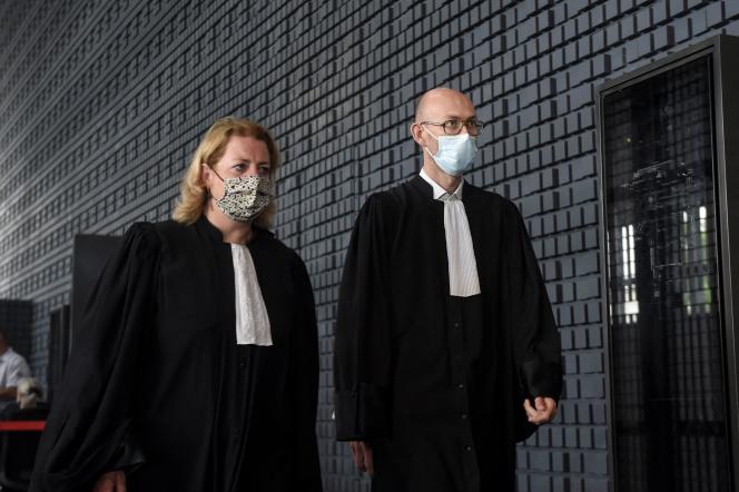 Cécile de Oliveira (à gauche), l'avocate de la mère et des deux soeurs de Brigitte Troadec, et l'avocat des proches de la famille Troadec, Olivier Pacheu, au palais de justice de Nantes, le 23 juin 2021.