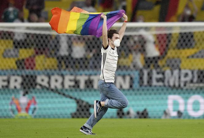 Un supporteur avec un drapeau de fierté LGBT court sur le terrain pendant les hymnes nationaux avant le match du groupe F du championnat de football Euro 2020 entre l'Allemagne et la Hongrie à l'Allianz Arena de Munich, en Allemagne, le 23 juin 2021.