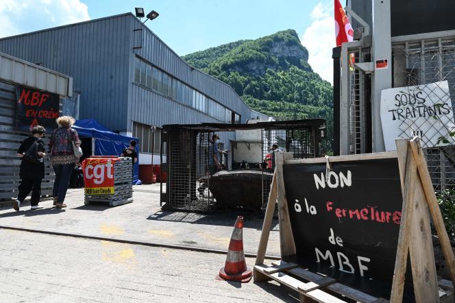 Des travailleurs en grève protestent contre un plan social à l'entrée de l'usine de fonderie d'aluminium MBF à Saint-Claude, dans le Jura, le 10juin2021.