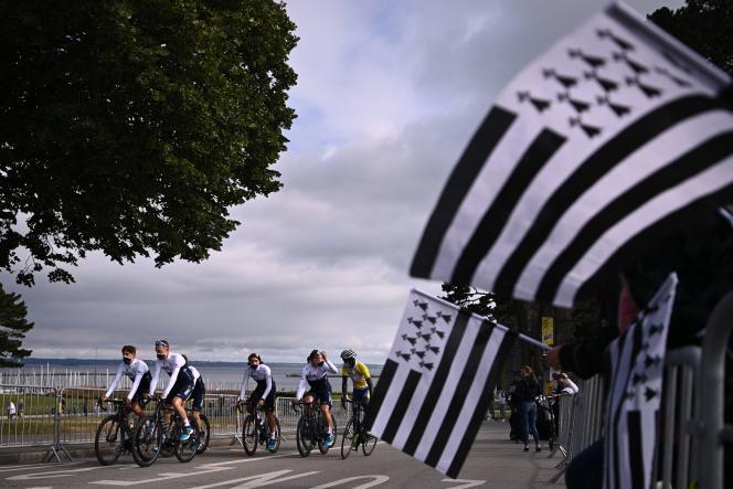 Les coureurs de l'équipe Israel Start Up Nation assistent à la présentation de l'équipe, deux jours avant la première étape de la 108e édition du Tour de France, près de Brest, le 24 juin 2021.