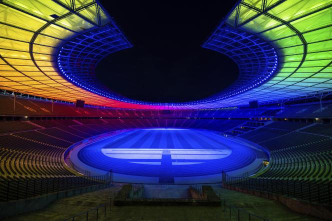 Le stade olympique de Berlin est illuminé aux couleurs de l'arc-en-ciel, lors du match de football entre l'Allemagne et la Hongrie qui s'est tenu à Munich, en Allemagne, le mercredi 23 juin 2021.