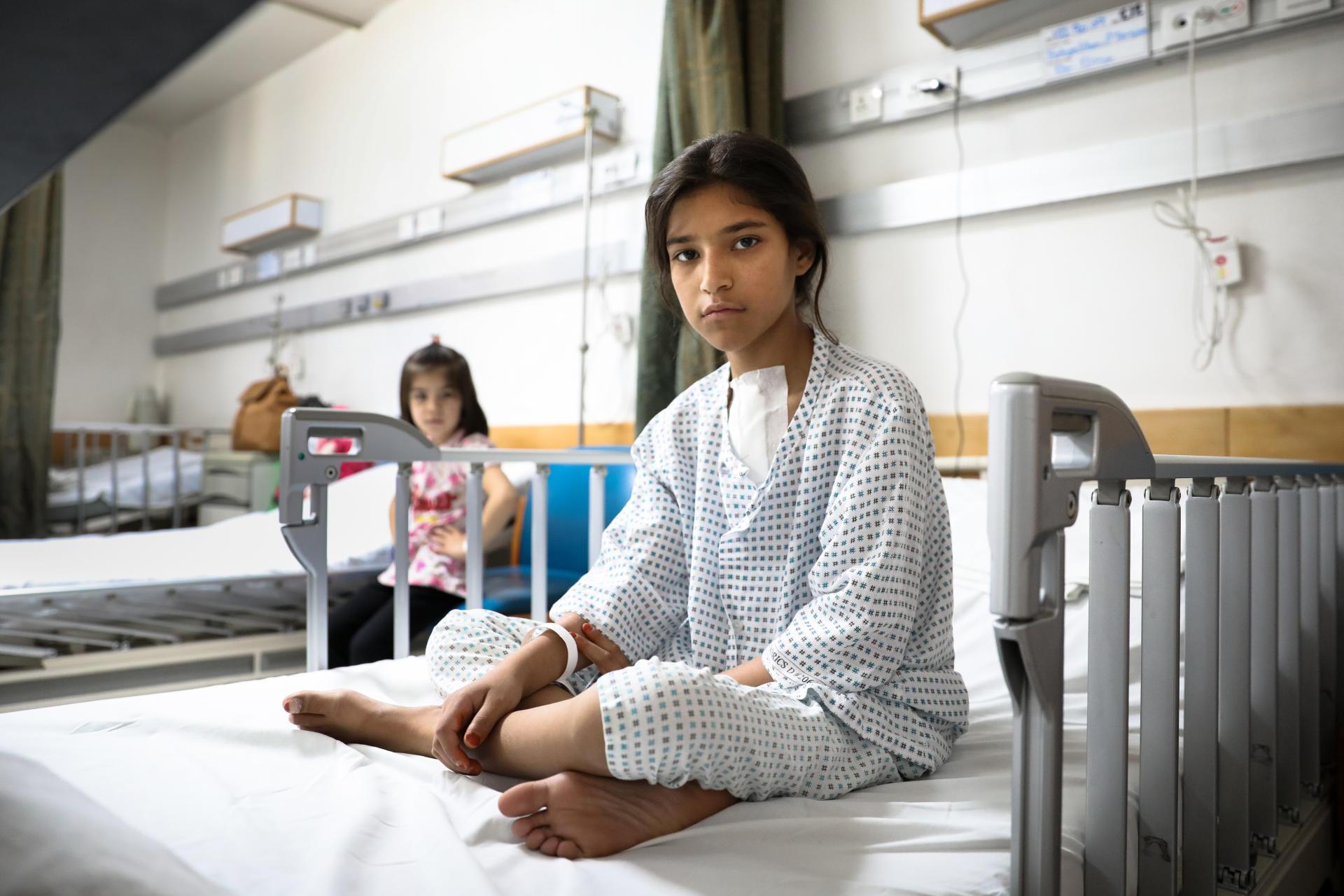 Marwa, 12 ans, après son opération du cœur, à l'Institut médical français pour la mère et l'enfant (IMFE) à Kaboul, le 6 juin 2021.