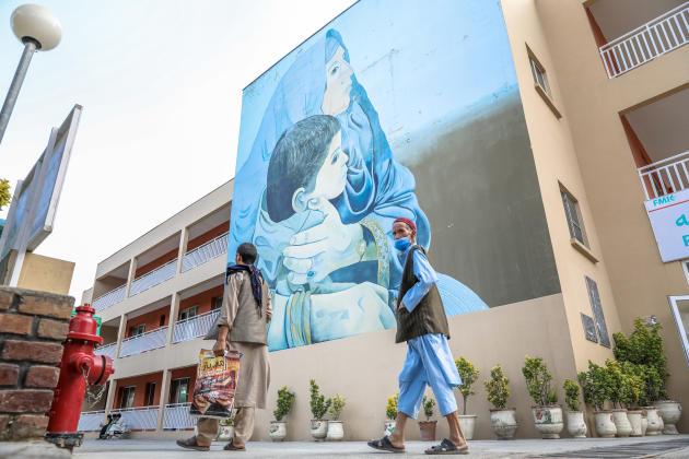 Kaboul, le 6 juin 2021. La façade de l'entrée de l'Institut médical français pour la mère et l'enfant (IMFE) est ornée d'une fresque d'une dizaine de mètres, symbole des lieux.