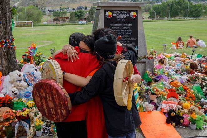 Devant le memorial pour les 215 enfants dont les ossemenrs ont été retrouvés à Kamloops, Canada, le 4 juin 2021.